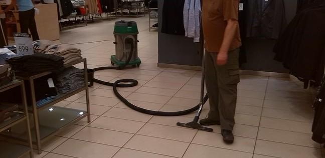 Čištění znečištěné podlahy v prodejně Brno