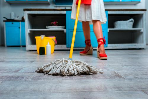 """""""Strojové mytí podlah Ostrava"""" pomocí kotoučového stroje vyčistil podlahu vcelém obchodě"""